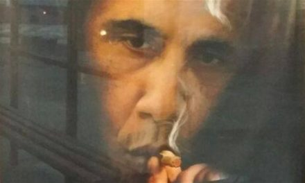 'Smoking kills extra folks aside from Obama' affiche seems adit Moscow