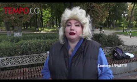 Bertelanjang Dada, Wanita Ini Beri Kado Ultah Putin