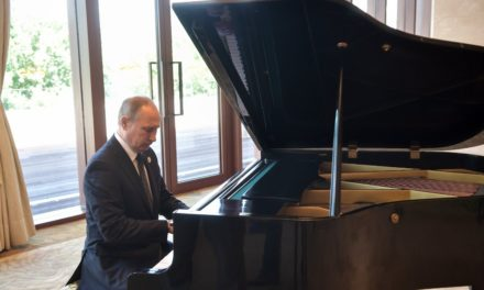 Putin does unanticipated piano recital in Beijing