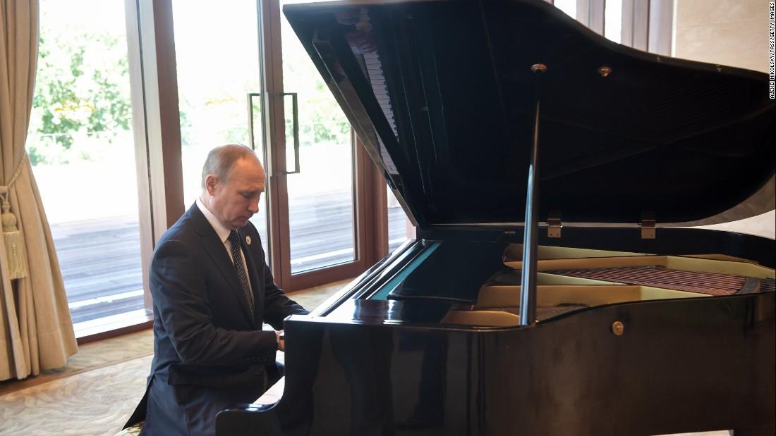 Putin does unanticipated piano recital in Beijing
