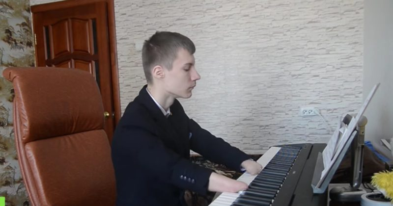 He Was Born Without Fingers, But That Didn' t Stop Him From Becoming A Pianist