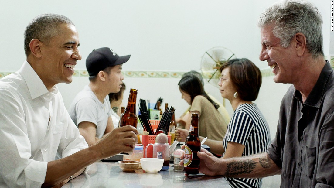 Barack Obama, Anthony Bourdain eat the fat in Hanoi