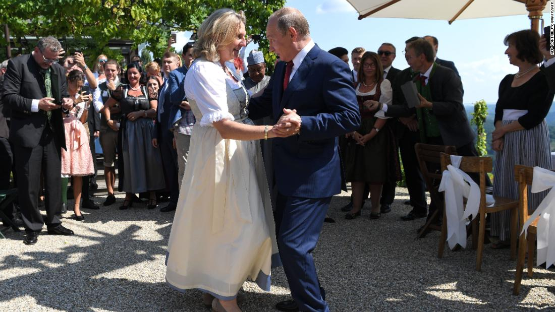 Putin makes flying see to Austrian international preacher's wedding event