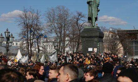 Russia anti-corruption protests: Alexei Navalny, Putin adversative, appreciated