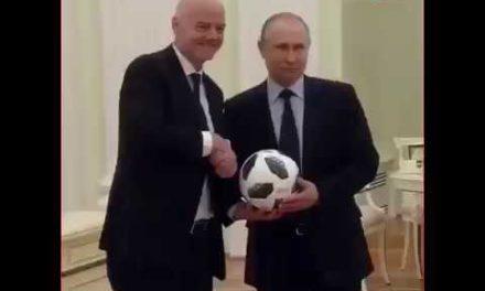 Putin Kremlin sarayında Top oynuyor