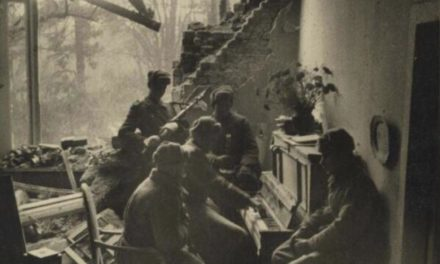 Soviet soldiers playing a piano in the damages of Berlin( 1945) Foto klassno