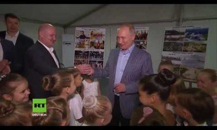 Hoher Besuch aus Moskau erfreut junge Mädchen und Jungen: Putin trifft zukünftige Star-Balletttänzer